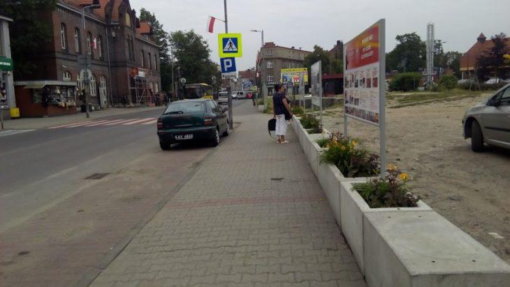 Ludzie czytają i oglądają tableau w rejonie Lidla.