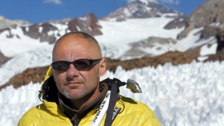 Andy, w tle zdobyty szczyt Marmolejo wygasły stratowulkan
