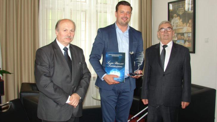 Od lewej sekretarz Zarządu Stowarzyszenia Joachim Michalik, prezydent Rafał Piech z Brylantem Samorządowym, prezes SSP Zenon Kaczmarzyk.