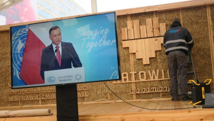 Wystąpienie Prezydenta RP Andrzeja Dudy transmitowano w pawilonie COP na Rynku.