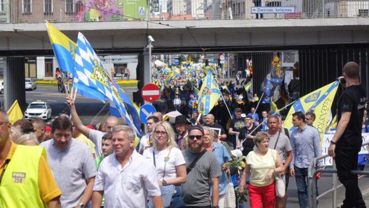 Pod żółto-błękitną flagą