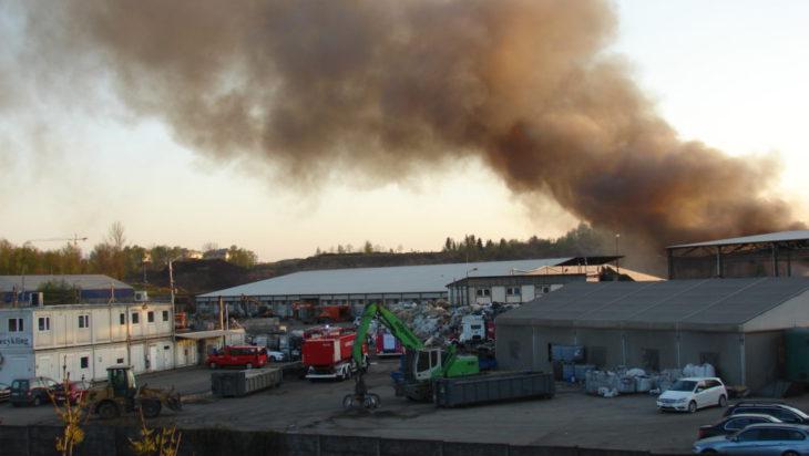 gęsty dym z powodu Pożaru składowiska odpadów