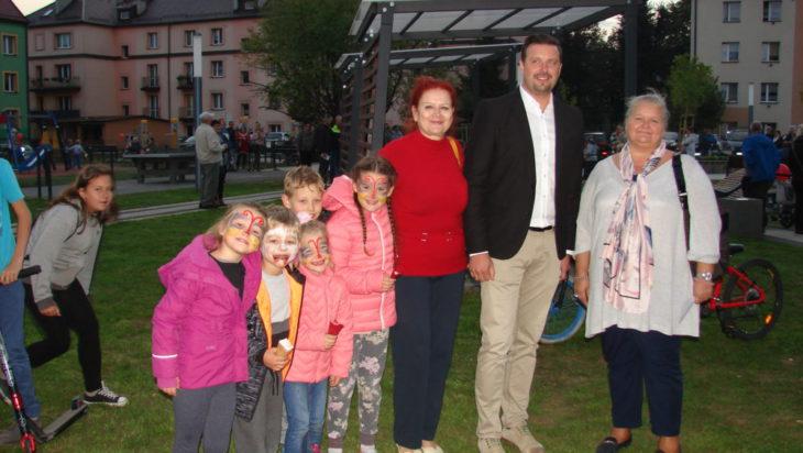 Grupowa fotka z prezydentem Rafałem Piechem oraz radnej Barbary Patyk – Płuciennik (PiS) i Małgorzaty Groniewskiej (kandydatki na radną, SLD) a także pomalowanych dzieciaków.