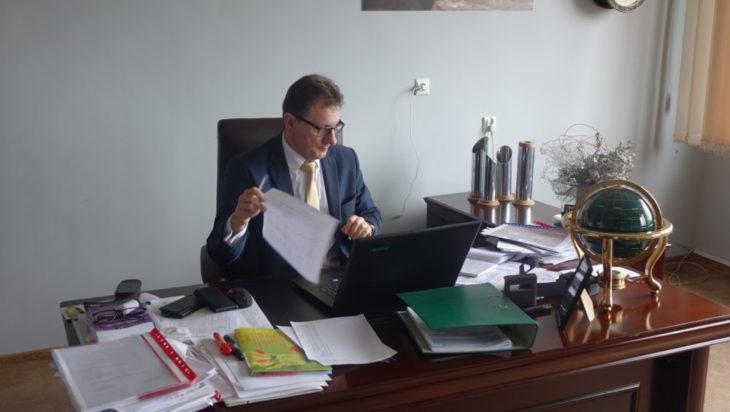 Jacek Guzy przy biurku