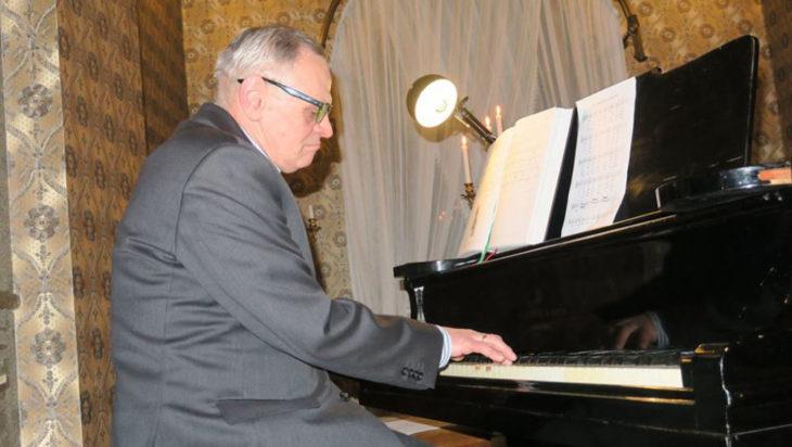 Radny Marek Urbańczyk, pracownik naukowy Akademii Muzycznej, a także organista w Św. Krzyżu.
