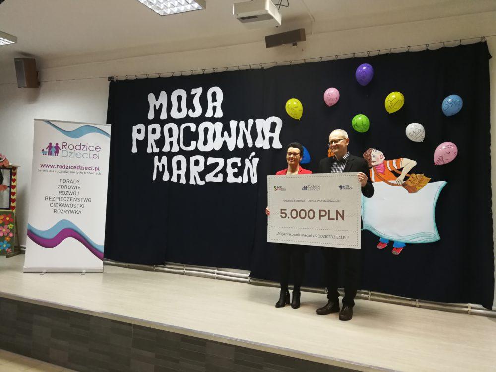 Organizatorka konkursu i przedstawiciel zwycięskiej szkoły