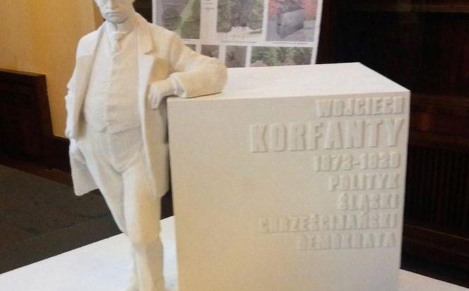 """4. Autorem zwycięskiej koncepcji jest Karol Badyna z krakowskiej """"Pracowni Rzeźby Forma"""