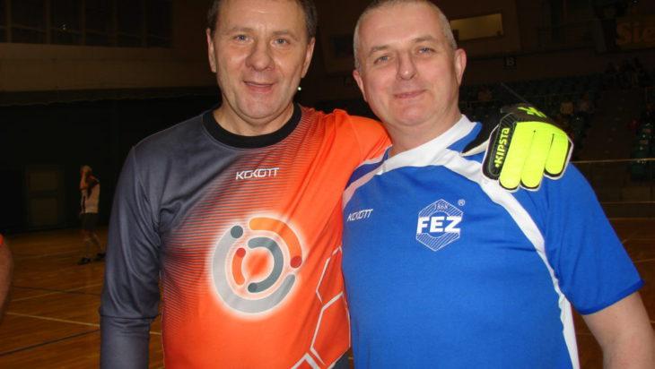 Braterski uścisk – z lewej prezes WR Silesia Jacek Guzy (bramkarz) i prezes FEZ Maciej Gosiewski (lewy napastnik).