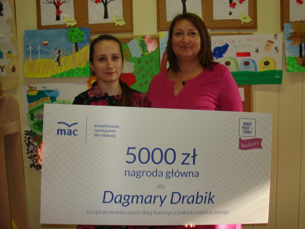 Dagmara Drabik (z lewej) wraz z dyrektorką Przedszkola nr 9 Moniką Korfanty prezentuje swoją nagrodę.