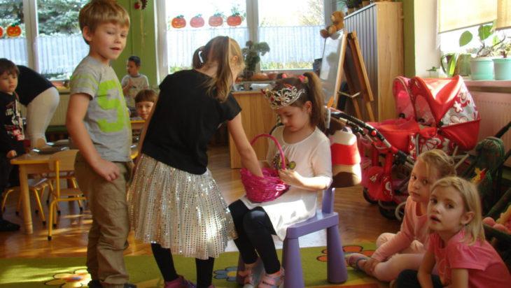 Miła uroczystość urodzinowa w przedszkolu na Osiedlu Tuwima.