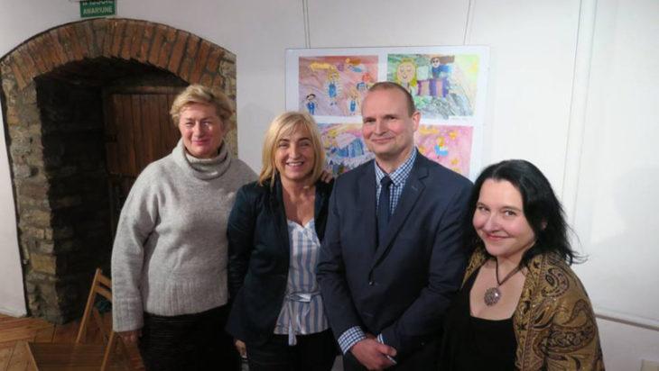 Dyrektor Muzeum Wojciech Grzyb w otoczeniu pięknych pań.