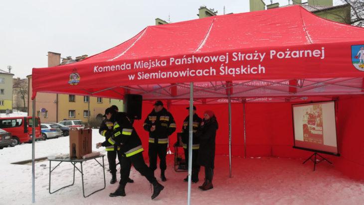 Czerwony strażacki namiot na Tuwimie, czyli sztab akcji pozoracyjnej.