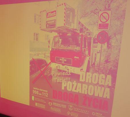 """Plakat promujący akcję """"Droga pożarowa drogą życia""""."""