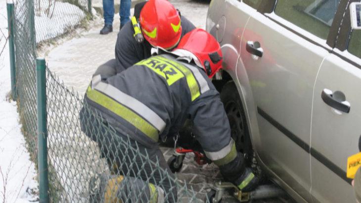 Strażacy znaleźli sposób. Szkoda jednak każdej sekundy.