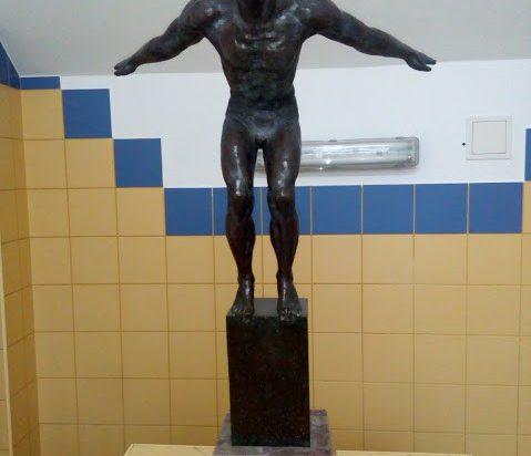 O historii zabytkowego basenu przy ul. Śniadeckiego 11 świadczy rzeźba pływaka z 1927 roku.