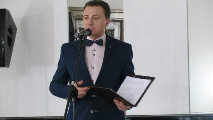 Piotr Kochanek jako konferansjer.