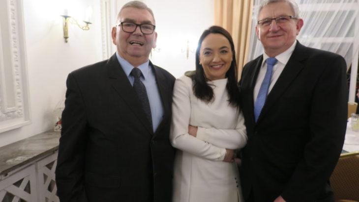 Od lewej prezes SSP Zenon Kaczmarzyk, Ewelina Warwas, firma deweloperska, nagrodzony przedsiębiorca Andrzej Ścigała.