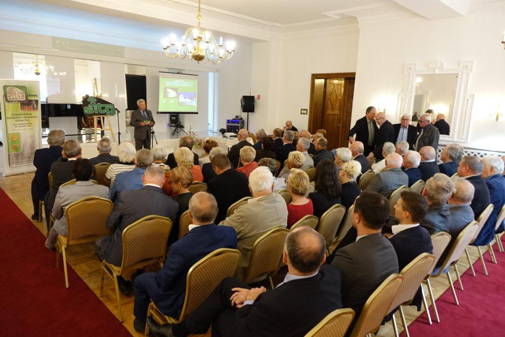 1. Włodzimierz Kulisz, przewodniczący siemianowickiego oddziału SITG wita przybyłych na spotkanie