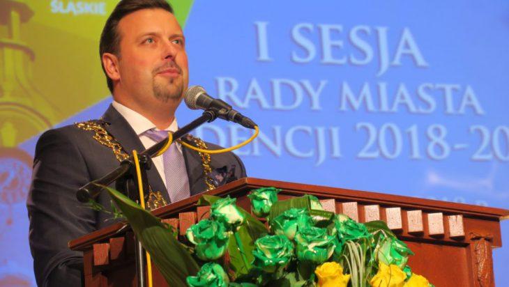 Prezydent Siemianowic Śląskich już z łańcuchem oznaką swego urzędu.