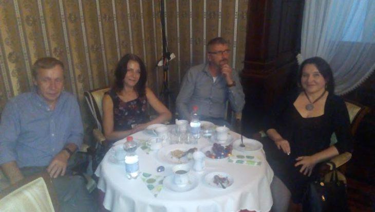 Na sali przy kawce, herbatce i ciastkach