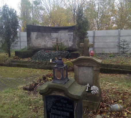 Na cmentarzu ewangelickim jest sporo zaniedbanych grobów, a przecież to zabytki naszej historii – w głębi anonimowy praktycznie grobowiec Fitznerów o którym już pisaliśmy.