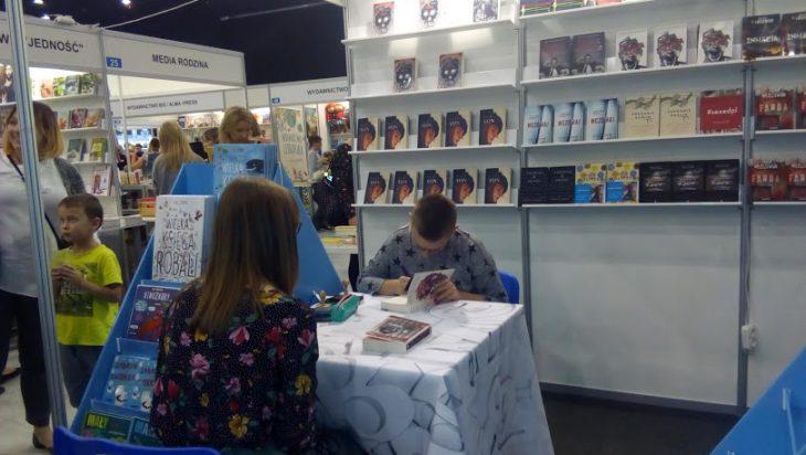 Swoją książkę podpisuje Katarzyna Kisiel.