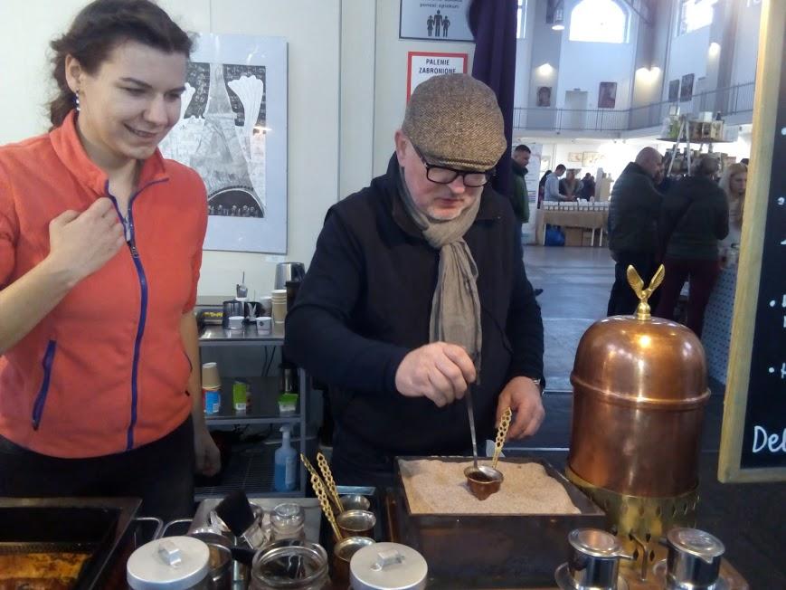 Firma z Chorzowa oferowała kawę arabską parzoną w ...piasku.