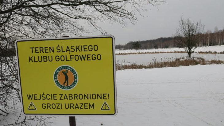 Napisy ostrzegają, ale golfistów raczej o tej porze roku nie widać.