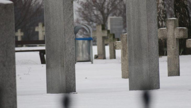 Biały całun na grobach żołnierzy niemieckich.