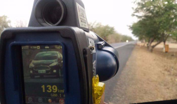 Obraz jest czytelny i umozliwia pełna identyfikacje pojazdu i kierującego