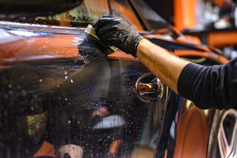 przedsiębiorca czyści samochód