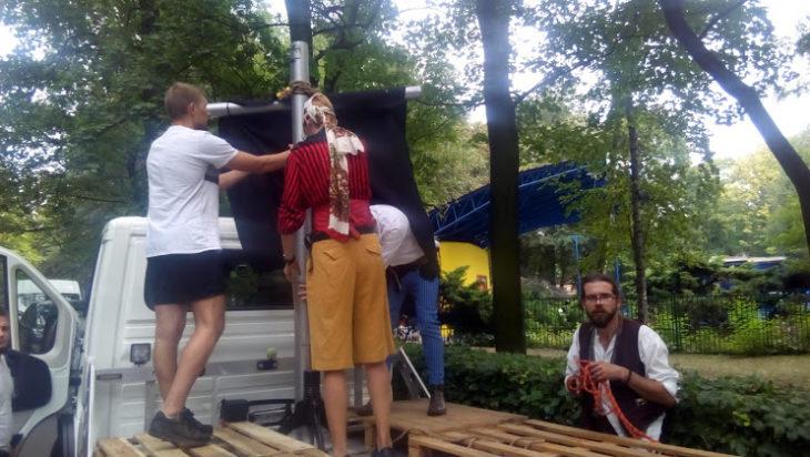 Podczas budowy statku piratów. Pierwszy z prawej Radek Matysek.