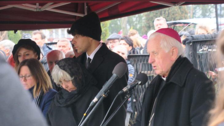 Arcybiskup Damian Zimoń przemawia nad grobem.