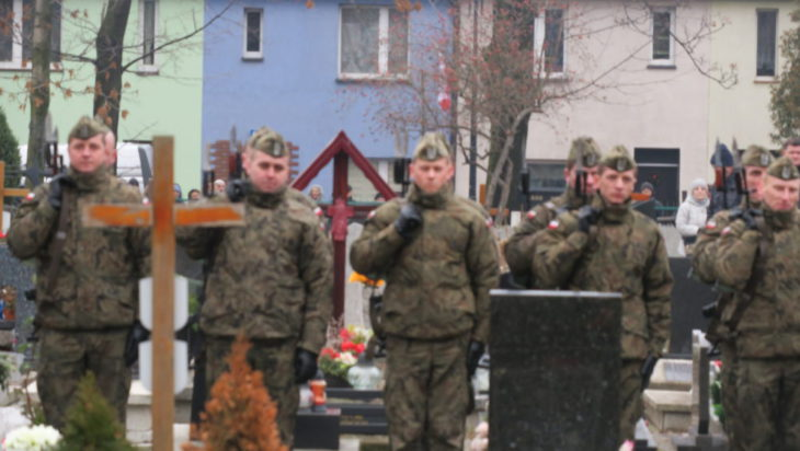 Żołnierze prezentują broń.
